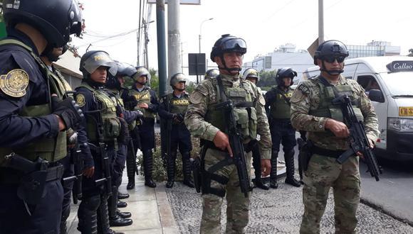 CONTROL POLICIAL. Agentes uniformados y de civil recorren calles (PNP)