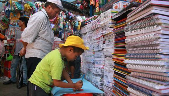 CUIDE SU BOLSILLO. Antes de comprar, compare los precios, aconsejan fabricantes de artículos escolares. (Alan Ramírez)