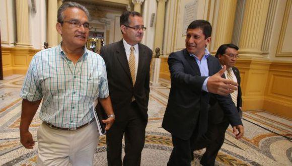 Todos a una. El presidente del Congreso, Víctor Isla, justificó el aumento del sueldo. (Martín Pauca)
