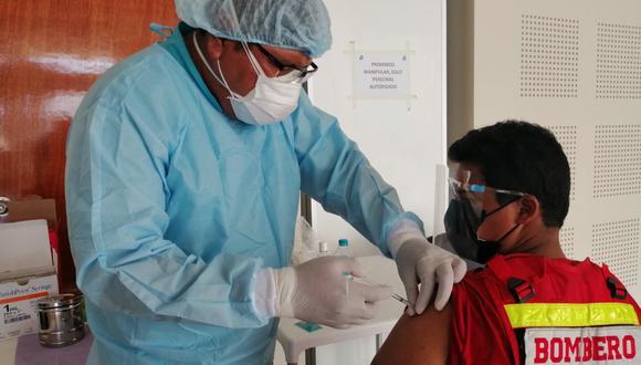 Varones y mujeres de diferentes edades recibieron su primera dosis. En los próximos días los bomberos de Casma Y Huarmey serán inmunizados (Foto Archivo GEC)