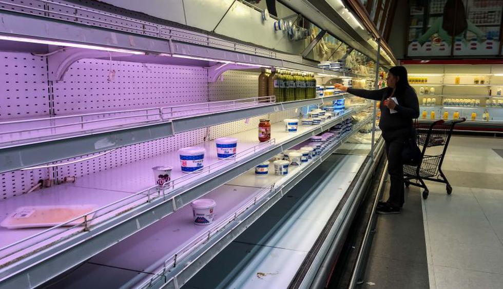 Los estantes de supermercados y farmacias en Venezuela amanecieron vacíos, al cumplirse siete días de las medidas económicas de Nicolás Maduro.   Foto: EFE