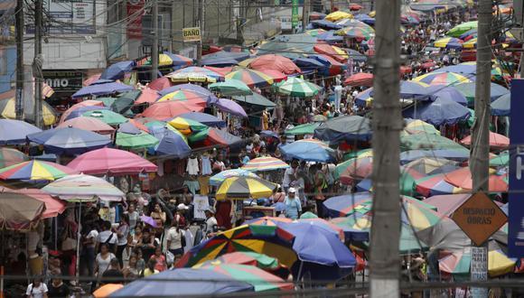 TODO IGUAL. A un día de prohibición, calles de Gamarra volvieron a lucir abarrotadas de informales (Anthony Niño de Guzmán).