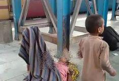 Niño intenta despertar a su madre muerta en India: La desgarradora imagen muestra crudeza de la pandemia