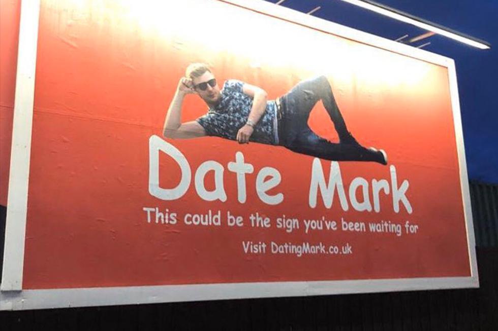 Se cansó de las aplicaciones de citas, alquiló una valla publicitaria para buscar novia y resulta ser todo un éxito. (Facebook   Mark Rofe)