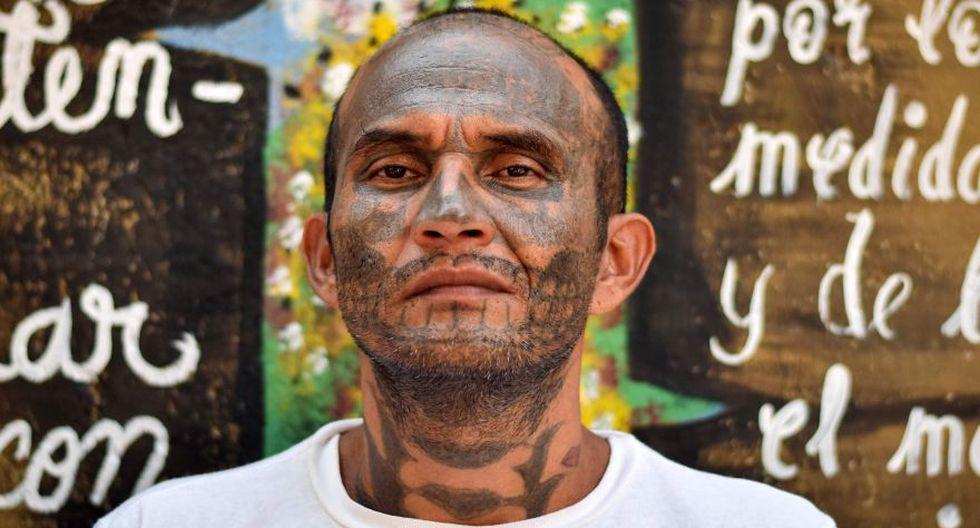 El resultado del rechazo son grandes manchas de tinta negra en varias zonas de su cuerpo.Solo así se puede identificar a un ex pandillero arrepentido. (AFP)