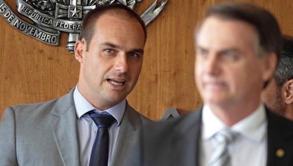 Jair Bolsonaro mencionó por primera vez la posibilidad de nombrar en Washington a su hijo el jueves, un día después de que este cumpliera 35 años. (Foto: EFE)