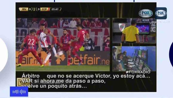 El peruano Víctor Hugo Carrillo tuvo que recurrir al VAR para cobrar un penal a favor de River Plate. (Captura y video. Fox Sports)