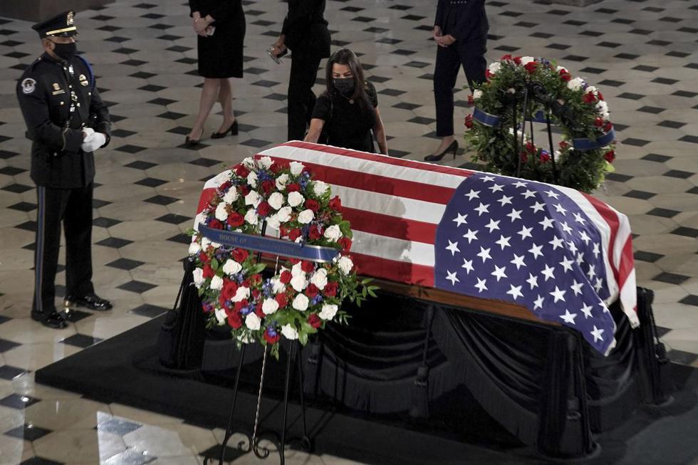 El féretro con los restos de Ginsburg llegó por la mañana al Capitolio después de dos días situado en lo alto de la escalinata del Tribunal Supremo, donde cientos de personas se acercaron para expresar su admiración por esa jueza progresista que murió el pasado 18 de septiembre a los 87 años. (Greg Nash/Pool/AP).