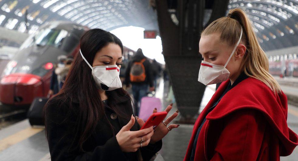 Dos mujeres usan mascarilla en Milán, Italia, donde se han registrado contagios por coronavirus. (EFE/EPA/MATTEO BAZZI).
