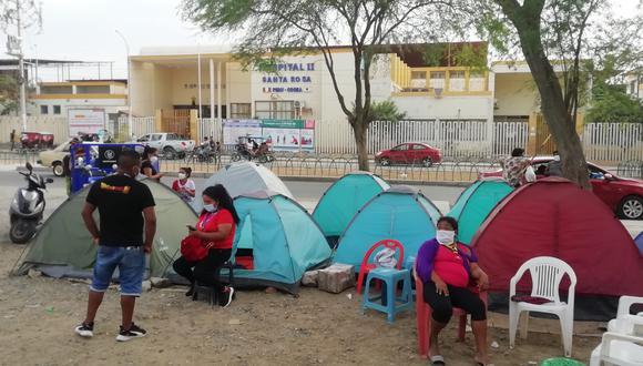 En los últimos días, familiares de pacientes con COVID-19 acamparon fuera del hospital Santa Rosa de Piura (Foto: Carlos Chunga Yesquén)