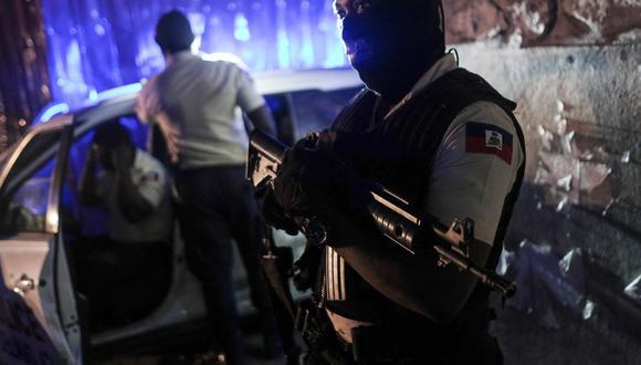 Imagen referencial. Un oficial de policía se encuentra en una intersección en Puerto Príncipe, Haití, a última hora del miércoles 14 de julio de 2021. Continúan las investigaciones relacionadas al asesinato del presidente Jovenel Moise.  (AP/Matias Delacroix).