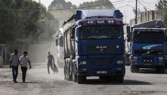 Camiones palestinos en la puerta del cruce de Kerem Shalom, el principal punto de paso para las mercancías que ingresan a Gaza. (Foto: EFE)