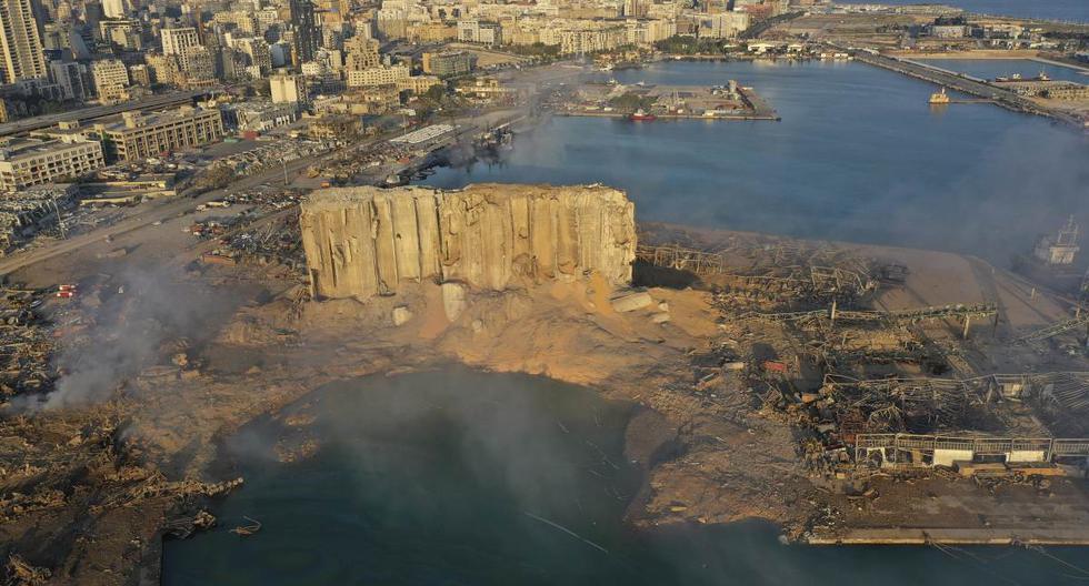 Referencial. En esta fotografía de archivo del 5 de agosto de 2020, el humo se eleva desde la escena de una explosión que golpeó el puerto marítimo de Beirut, Líbano. (AP/Hussein Malla).