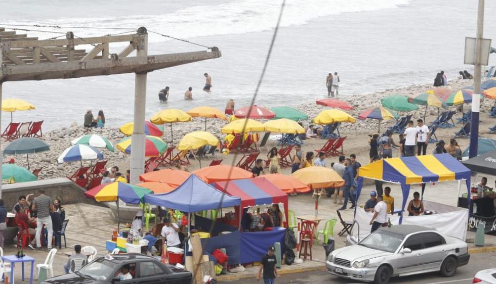 Varios se animaron a ingresar al mar, pese a que La Herradura no es apta para bañistas. (Foto: Miguel Bellido)