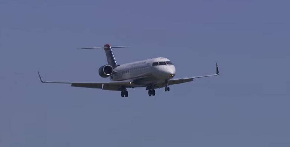 """Mujer intenta abrir puerta de avión en pleno vuelo mientras afirmaba ser """"Dios"""". (YouTube)"""
