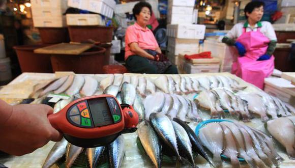 Inspección a productos marinos japoneses en mercado de Seúl. (AP)