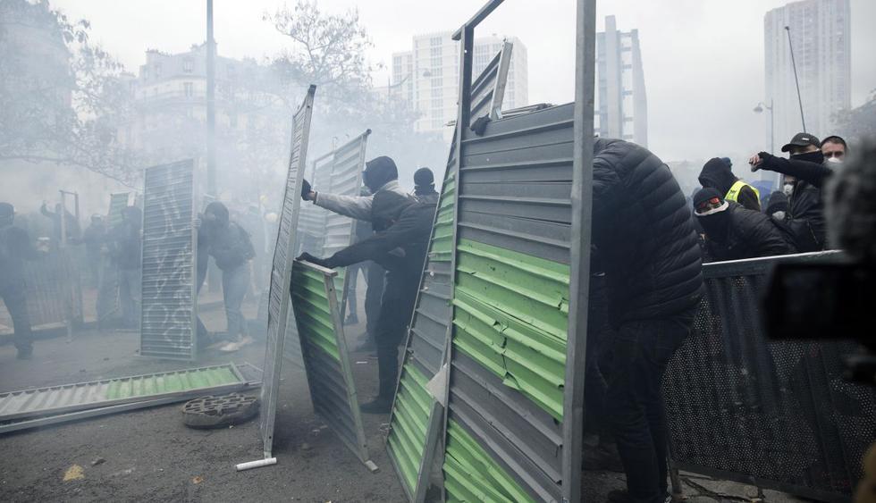 Chalecos amarillos multiplican altercados y actos de vandalismo en París en aniversario. (Foto: EFE)