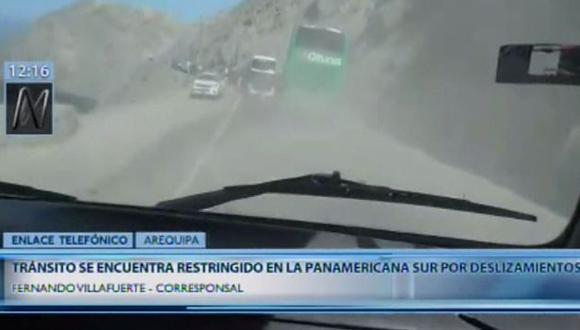 Una retroexcavadora fue movilizada para limpiar la vía afectada por los derrumbes. (Video: Canal N)