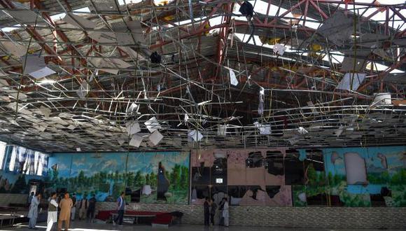 El EI explicó que primero se inmoló un atacante suicida, identificado como Abu Asem al Pakistani. En la foto, afganos se reúnen en el salón de bodas que fue atacado. (Foto: AFP)