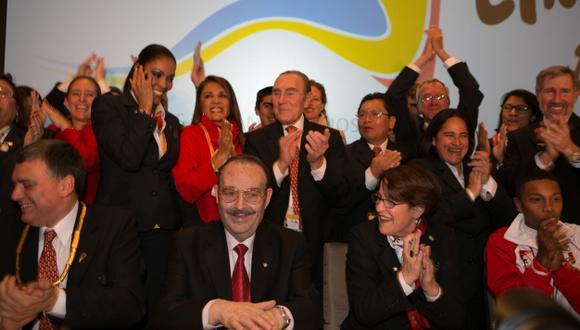 Júbilo nacional. El presidente de la Odepa, Mario Vázquez (en el centro), ocasionó la felicidad de Susana Villarán, José Quiñones y toda la delegación peruana. (EFE)