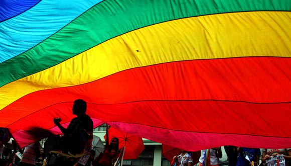 Imagen de archivo muestra a un activista gay recortado en la bandera del arco iris, los colores de la comunidad lésbica, gay, transgénero y bisexual (LGTB) durante un mitin en la Universidad de Filipinas.  (Foto: JASON GUTIERREZ / AFP)