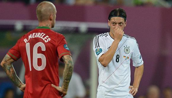 Meireles y Özil durante el encuentro de ayer en Lviv. (Reuters)