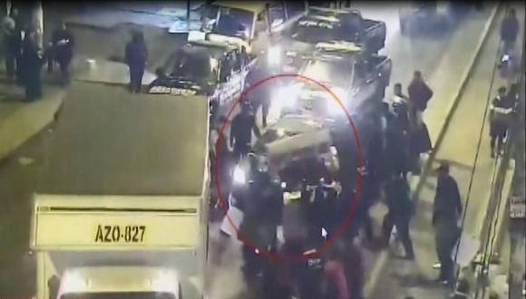 Conductor del auto pisó el acelerador cuando los serenos y fiscalizadores decomisaban una carretilla de venta ambulatoria. (Captura: América Noticias)