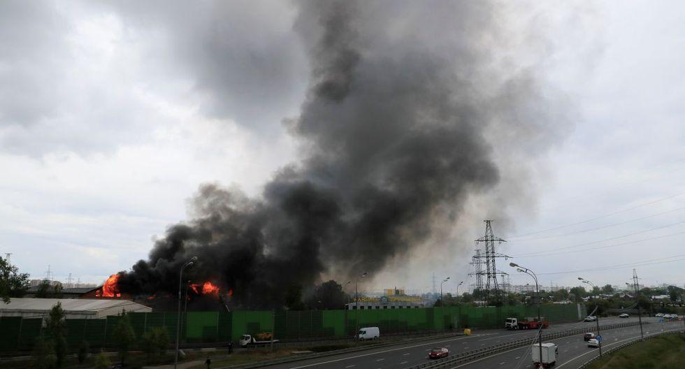 El fuego se declaró en el precalentador de alta presión y se extendió a una superficie de 800 metros cuadrados. Las llamas alcanzaron hasta 50 metros de altura.(Foto: Reuters)