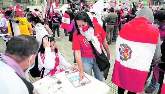En defensa del país. Este fin de semana continuará la recolección de firmas en el Centro de Lima.   FOTOS: JULIO REAÑO /GEC