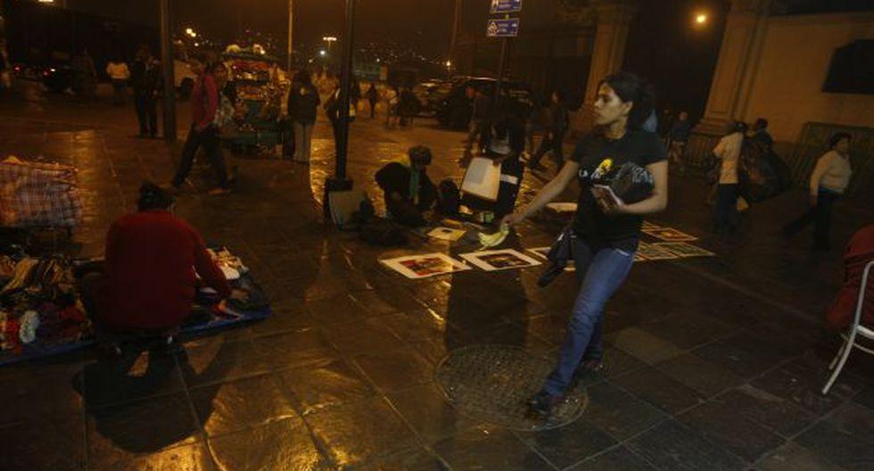 TOMAN EL CENTRO. Como en décadas pasadas, los informales se han apoderado de las veredas. (Mario Zapata)