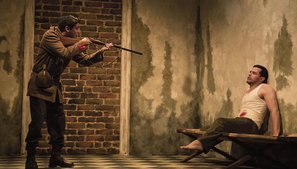 Sentidos opuestos. El soldado y el prisionero, víctimas de su entorno. (La piedra oscura)