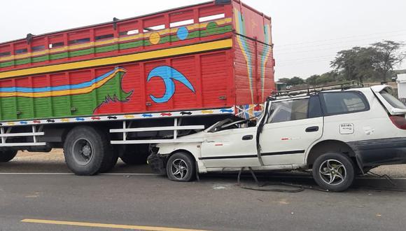 Piura: El chofer y dos pasajeras de una camioneta mueren al chocar violentamente contra la parte posterior de  un camión de carga en la carretera Chulucanas - Piura.
