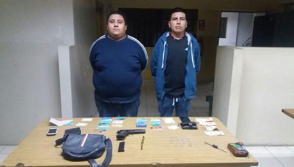 Capturados. Se les encontró un arma de fuego calibre 45 dentro del vehículo, informó la Policía.