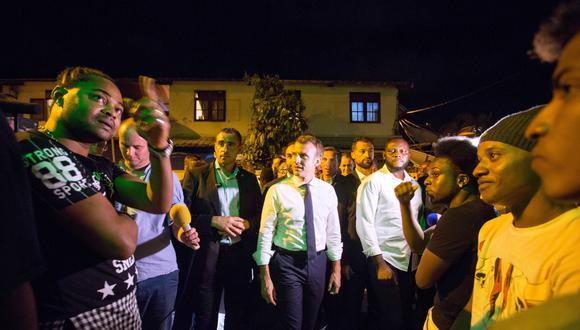 Emmanuel Macron visitó la Guayana Francesa y fue recibido entre humo de marihuana. (AFP)