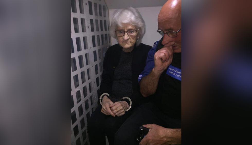 Josie Birds, de 93 años, feliz de ser enmarrocada y llevada a la dependencia policial pese a no haber cometido ningún crimen. (Foto: @sterlingsop en Twitter)