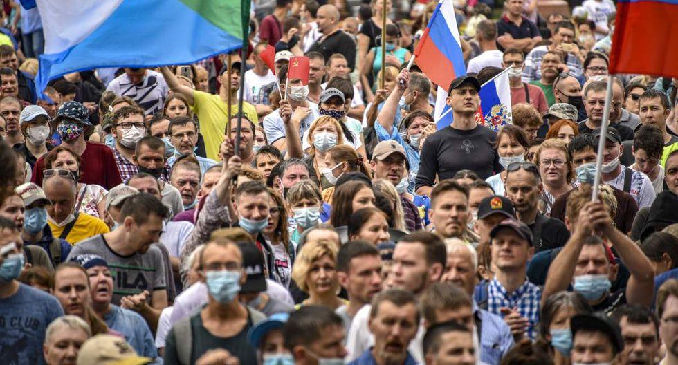 La gente ondea banderas nacionales rusas y de la región de Jabárovsk durante una manifestación de apoyo a Serguéi Furgal. (AP/Igor Volkov).