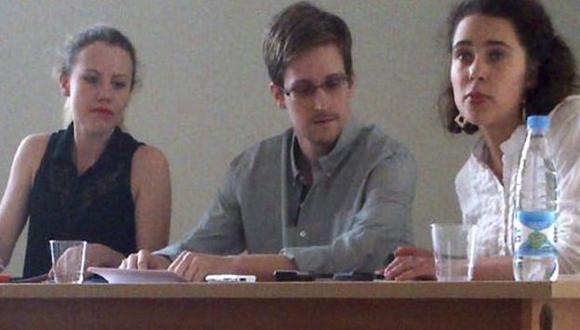 Edward Snowden junto a activistas en aeropuerto moscovita. (Reuters)