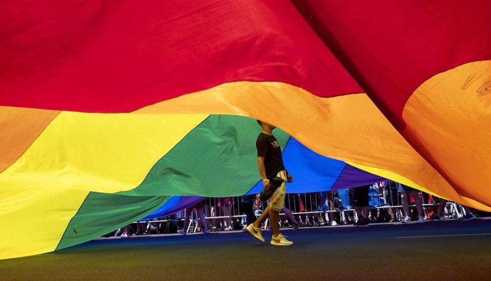 Una multitud se reunió en las calles de Nueva York este domingo para un histórico desfile del Orgullo Gay, en el que se esperaban tres millones de personas. (Foto: AP)