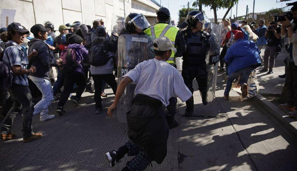 Migrantes intentaron cruzar muro con EE.UU. y recibieron gas lacrimógeno | Foto: AFP