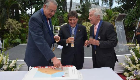 Torta obsequiada a Allan Wagner refleja el nuevo límite marítimo con Chile. (Difusión)