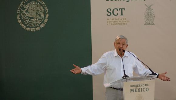 Ya son comunes las imágenes de López Obrador posando con quienes que se le acercan sin tener sortear ningún guardaespaldas. No fue distinto su viaje a Badiraguato. (Foto: EFE)