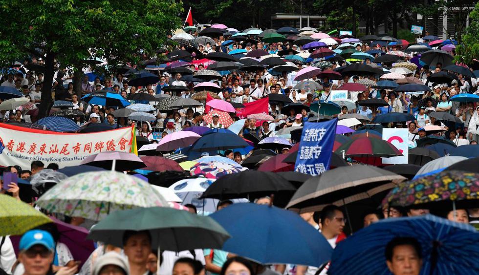 Miles marchan en apoyo al gobierno y la policía en Hong Kong. (Foto: AFP)
