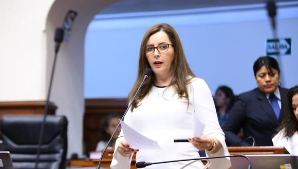 La legisladora Rosa Bartra dirige la sesión de la Comisión de Constitución en la que se debate el tercer dictamen de la reforma política. (Foto: Congreso)