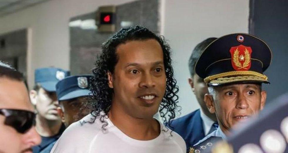 Ronaldinho fue liberado tras estar detenido ocho horas. (Twitter)