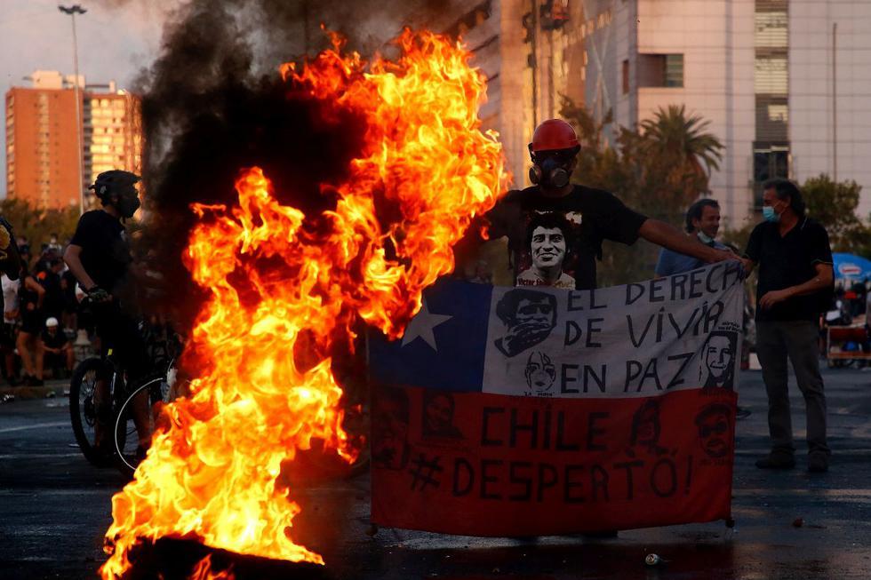 Una nueva jornada de protestas en Santiago de Chile dejó al menos 63 manifestantes detenidos, siete agentes de Carabineros heridos y el histórico monumento del general Manuel Baquedano en llamas este viernes. (Texto: Europa Press / Foto: Getty Images).