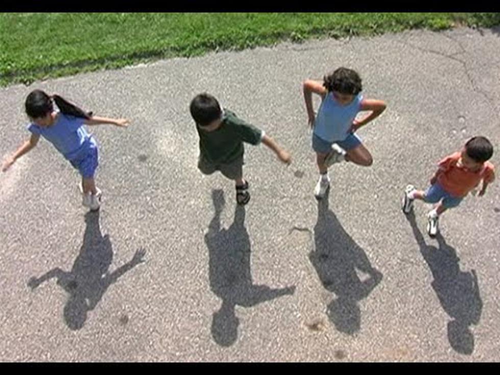 Unicef saluda que permitan a niños y niñas salir a tomar aire libre durante el aislamiento social. (Foto: Captura)