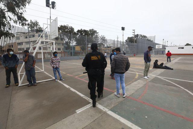 La Comisaría de Chorrillos con la unidad de salvataje retuvieron a los infractores en el complejo deportivo 1 del distrito.  (Foto: Gonzalo Córdova)