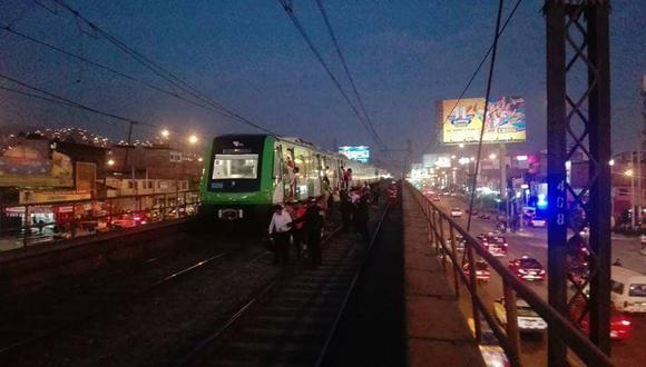 Pasajeros tuvieron que caminar por los rieles del Metro de Lima para salir.