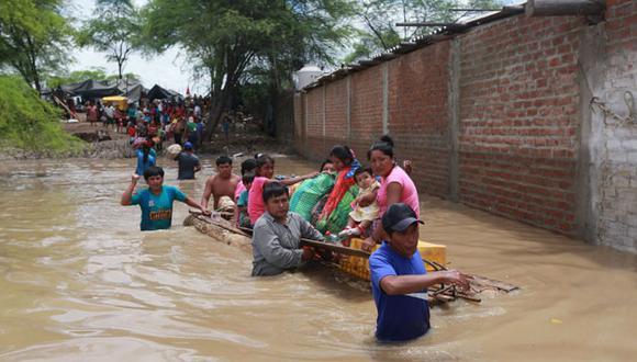 Adiós. Familias de El Pedregal, Catacaos, se ven obligadas a abandonar sus casas, invadidas por el lodo. (USI)