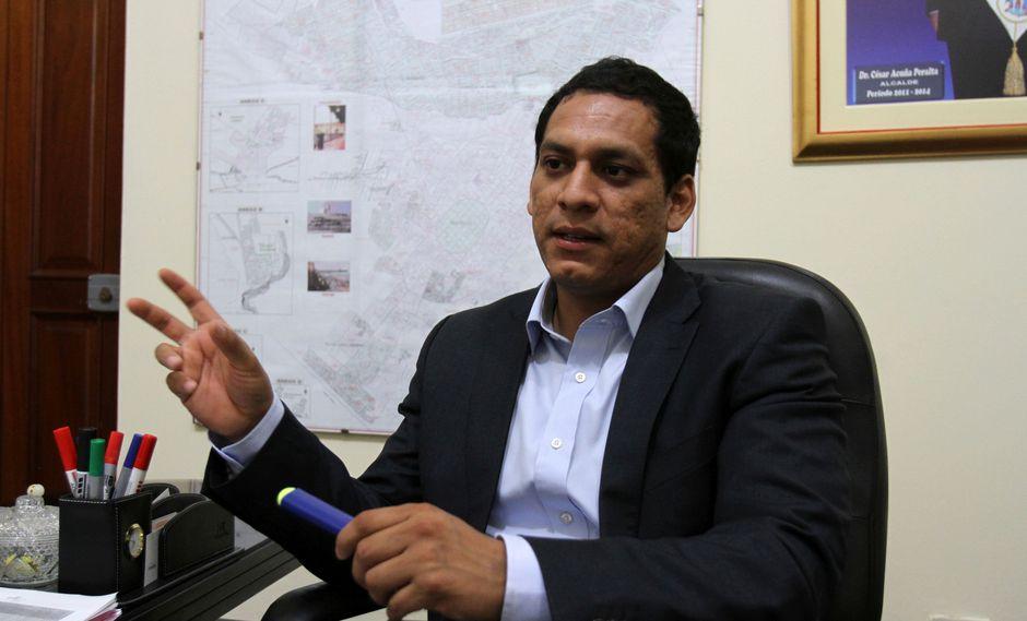 Gobernador Luis Valdez es duramente criticado con el consejero oficialista.